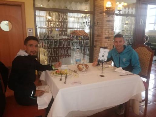 Plusmarquista nacional. Adrián Guirado compartió mesa antes de la prueba con el a la postre ganador, Ayad Lamdassem, plusmarquista español de maratón.