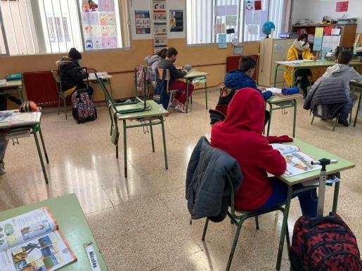 Alumnos en una clase durante la pandemia de coronavirus.