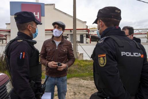 Olmos conversa con la Policía antes del inicio de la protesta del 20 de enero.