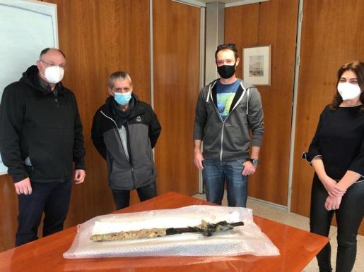 Momento de la entrega de la espada, ayer, en la máxima institución insular de Ibiza.