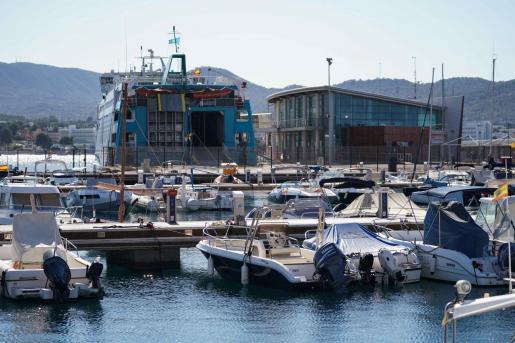 Un ferry en el puerto de Sant Antoni.