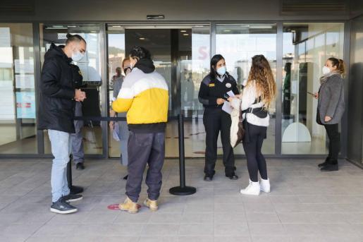 Numerosas personas esperaban información a las puertas de la oficina del SOIB.