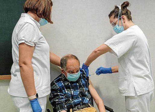 Antonio Prats, de 73 años, primer gran dependiente en ser vacunado.