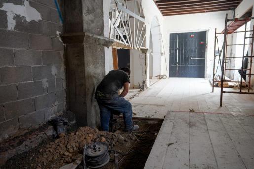 Obras en el interior de un local en Ibiza.