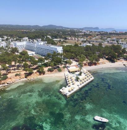 Un cuatro estrellas en S'Argamassa. El hotel Iberostar de Santa Eulària cuenta con 230 habitaciones y tiene acceso directo a la playa. Su venta ya estaba prevista en el plan de negocio de la compañía MAZABI, especializada en gestión de patrimonios familiares inmobiliarios.