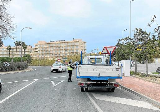Imagen de uno de los controles desplegados por la Policía Local en uno de los accesos a Sant Antoni.