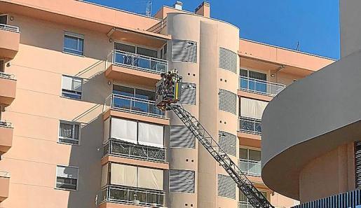 Bomberos apagando el fuego en Cala Jondal y retirando un toldo en Vila.