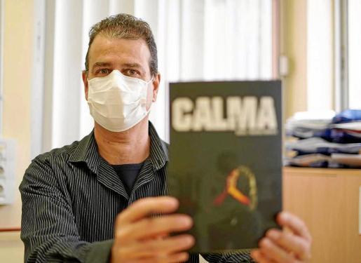 El escritor Óscar L. Figueruelo ayer en el CEIP Poeta Villangómez donde es tutor de Primaria.