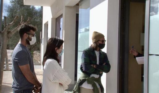 Ciudadanos esperando a ser atendidos por la oficina del SEPE en Formentera.