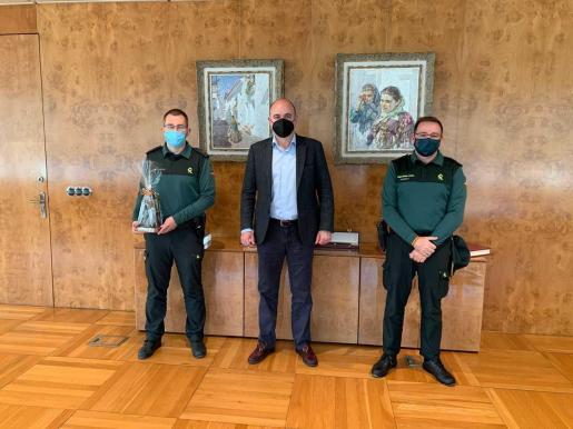 Vicent Marí junto al nuevo capitán de la Guardia Civil en Ibiza, Francisco Javier López Sacido (derecha), y a Enrique Gómez Bastida.