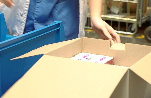 Imagen de archivo de la llegada de una caja de vacunas contra la COVID-19.