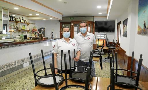 Los hermanos Benítez en el interior cerrado de New Sa Font, su restaurante recién abierto.
