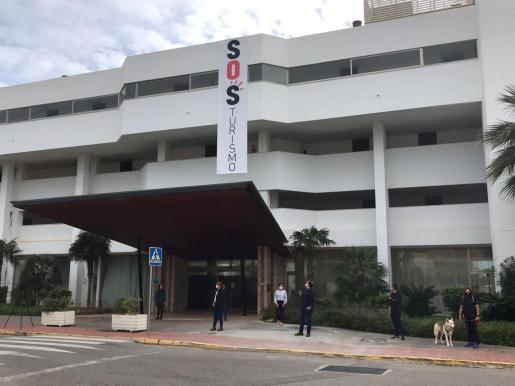 Colocan este viernes una pancarta de 'SOS Turismo' en el hotel es Tropical Garden de Santa Eulària.