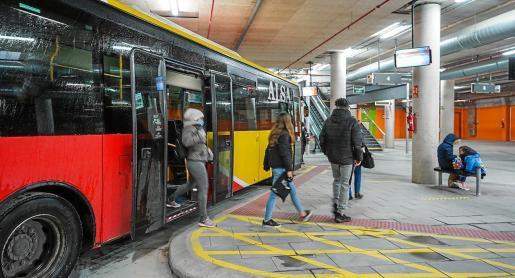 Varios pasajeros bajan del autobús en la estación Cetis.