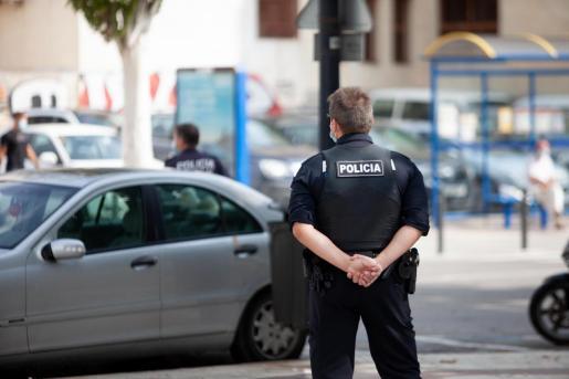 Imagen de archivo de un policía local en las calles de Vila.