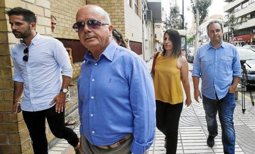 La exconcejal socialista Aída Alcaraz llegando al Juzgado junto al exalcalde Pep Tur 'Cires' y otros ediles.