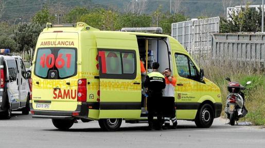 Una imagen de una ambulancia del 061 actuando en una emergencia en Ibiza.