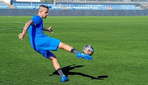 Pardo golpea el balón durante el entrenamiento de ayer en el estadio de Can Misses.