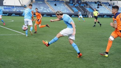 Javi Lara centra en una acción del primer tiempo del partido entre la UD Ibiza y el Valencia Mestalla.