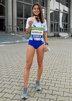 La atleta Andrea Romero posa con su medalla de bronce.