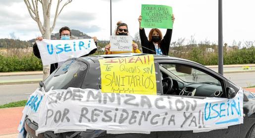 Los participantes no dudaron en llenar sus coches con pancartas para pedir medidas que impidan la fuga de los sanitarios de Ibiza.