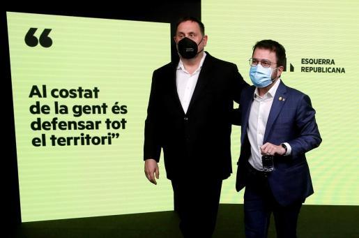 El candidato de ERC a la presidencia de la Generalitat, Pere Aragonès (d), acompañado por el presidente del partido, Oriol Junqueras (i), comparecen para valorar los resultados de las elecciones catalanas que se han celebrado este domingo.