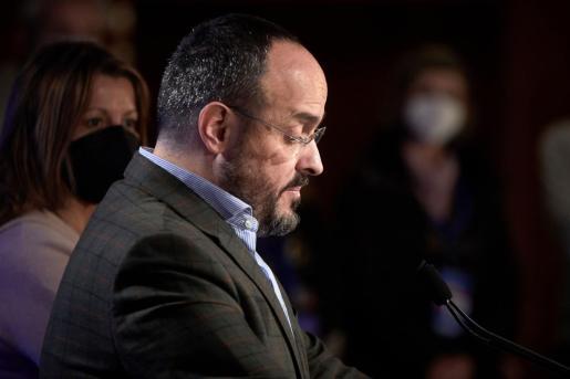 El candidato del PP, Alejandro Fernández, antes de su comparecencia ante los medios de comunicación para valorar los resultados en la elecciones catalanas.