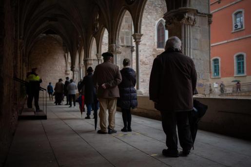 Varias personas hacen cola para votar en Antic Convent St. Agustí en Barcelona -
