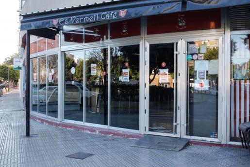 Un bar cerrado en Ibiza por las restricciones de la pandemia.