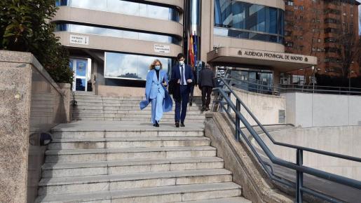 Cristina Cifuentes saliendo de la Audiencia Provincial acompañada de su hijo.