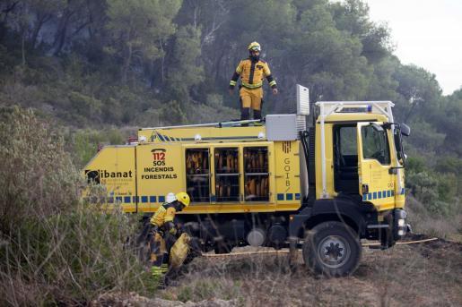 Agentes del Ibanat, durante un incendio en Sant Josep.