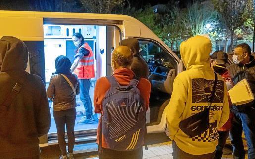 Un momento de la labor de la unidad de Emergencia Social de Cruz Roja en Ibiza.