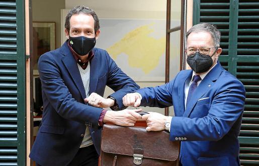 En la jornada de ayer se llevó a cabo el traspaso simbólico de cartera a los tres nuevos consellers. Josep Marí Ribas (izquierda) mantuvo después una reunión con su predecesor en la Conselleria de Movilidad y Vivienda, Marc Pons.