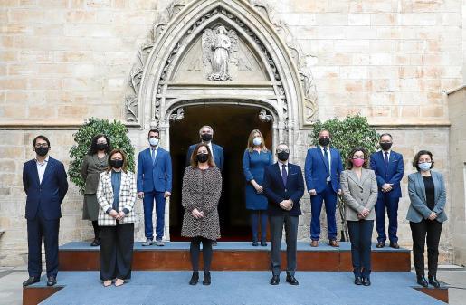 Francina Armengol presidió la foto de familia del Ejecutivo con los tres nuevos consellers.