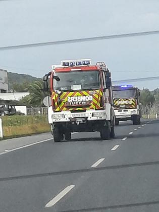 Dos vehículos de bomberos trasladándose, ayer, al escenario del suceso.