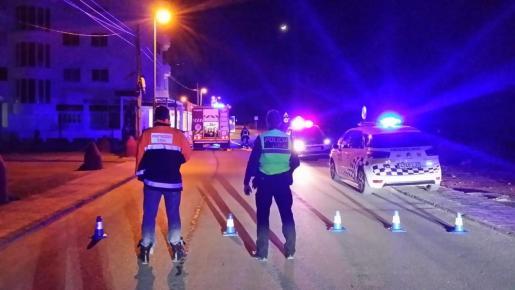 Los bomberos extinguen un incendio en un bar de Cala de Bou.