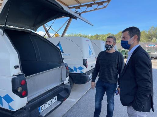 El alcalde de Sant Antoni, Marcos Serra, durante la visita a la nave municipal del servicio de limpieza UTE Portmany.