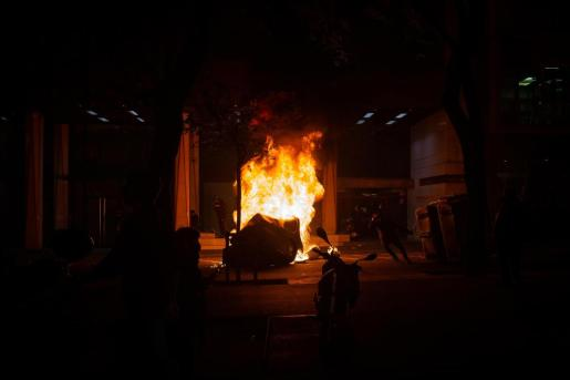 Un contenedor ardiendo tras la manifestación en apoyo a Pablo Hasel en Barcelona.