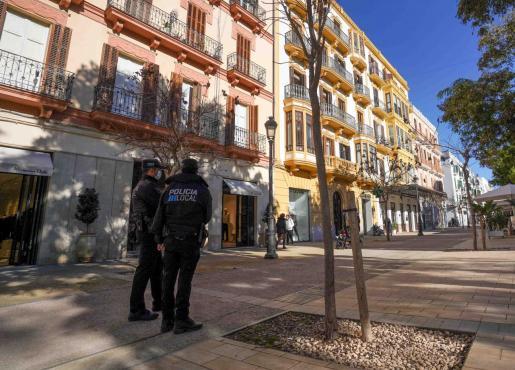 Imagen de archivo de una pareja de policías en el paseo Vara de Rey de Vila.