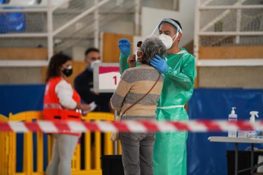 Personal sanitario realiza un test de antígenos durante el cribado de Sant Josep.