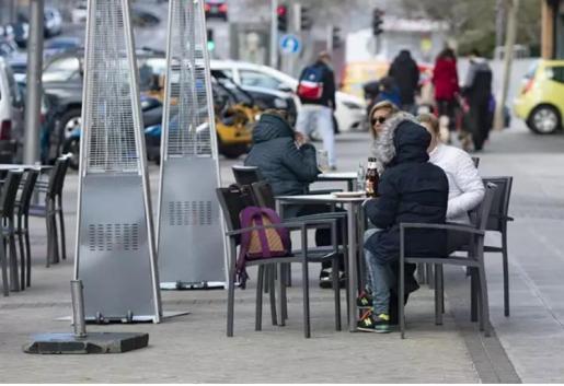 Varios comensales disfrutan en una terraza de un bar de Carabanchel.