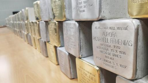 Imagen de los adoquines dorados y plateados para homenajear a víctimas del fascismo y del nazismo.