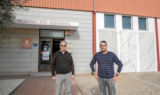Jaume Sirerol e Isaac Pons, presente y futuro de Mármoles Sirerol. A las puertas de su jubilación, Jaume está acompañanado a Isaac para que tome las riendas del negocio.