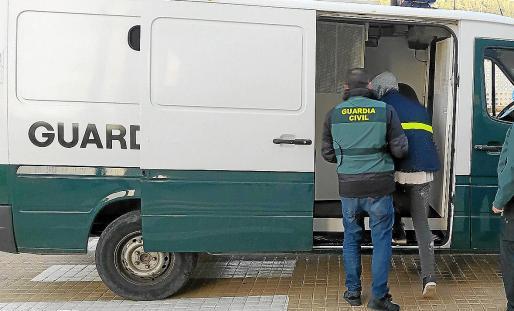 Agentes de la Guardia Civil durante el traslado del detenido por un robo con violencia e intimidación.