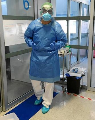 Daniel Lerma con su traje de protección individual con el que tiene que trabajar diariamente en Can Misses.