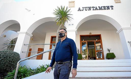 Ángel Luis Guerrero saliendo del Ayuntamiento de Sant Josep.