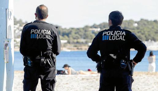 Una pareja de policías de Vila vigila la playa de talamanca.