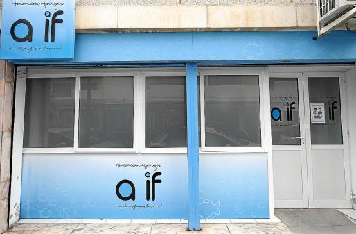 Arriba, la sede de la asociación en Vila. Abajo, Maika, que trabaja como administrativa.