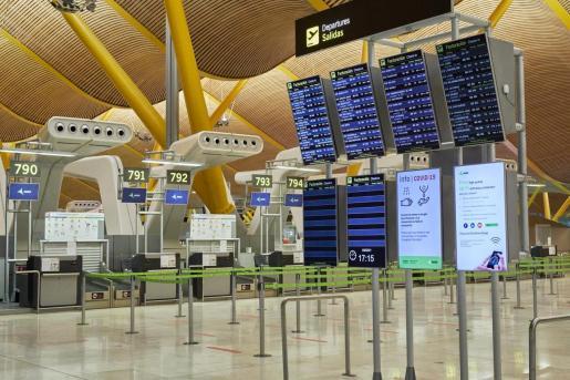 Los pasajeros que lleguen a España en vuelos procedentes de Sudáfrica y Brasil deberán guardar cuarentena desde este jueves