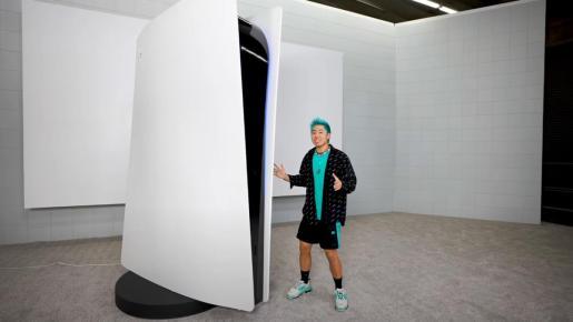 Mide 3 metros de altura, pesa 227 y tiene su propio mando gigante para jugar en una pantalla enorme.